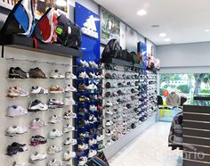 6451ea347 Lojas de artigos esportivos · Projeto realizado com painéis de acrílico  Click-encaixe, expositores de calçados e prateleiras em