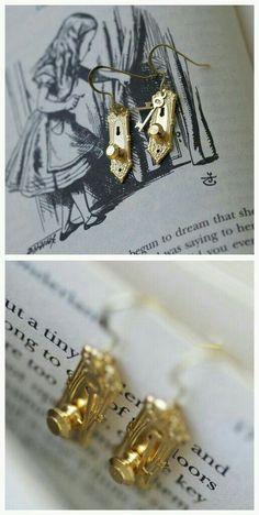 Alice in Wonderland Inspired Doorknob Earrings Cute Jewelry, Jewelry Box, Jewelry Accessories, Jewelry Design, Jewelry Making, Unique Jewelry, Mode Steampunk, Disney Jewelry, Cute Earrings