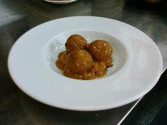 Albóndigas de choco y langostinos con salsa de carabineros sobre compota de tomates rojos concassé