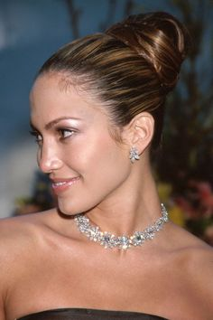 Who: Jennifer Lopez Where: 1999 Academy Awards Wearing: diamond necklace and diamond earrings. Would love a copycat version of ALL the pieces Jennifer Lopez, Classic Hairstyles, Celebrity Hairstyles, Burnt Hair, Diamond Hoop Earrings, Diamond Jewellery, Harry Winston, Cut And Style, Fashion Advice