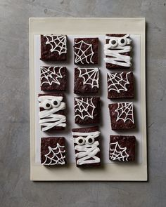 Truly Frightening Yet Totally Delicious Halloween Cookie Recipes Cream-filled chocolate cookies become full-blown monsters when broken in half and decorated with royal icing and red nonpareils. Halloween Brownies, Halloween Snacks, Plat Halloween, Halloween Cookie Recipes, Halloween Baking, Fete Halloween, Halloween Cupcakes, Holidays Halloween, Halloween Recipe