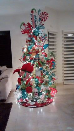 Christmas Tree Ideas - Christmas Tree By Jessica Pascal Decoraciones. Christmas Tree Trends 2018, Christmas Tree Themes, Holiday Tree, Xmas Tree, Christmas Tree Decorations, Christmas Wreaths, Christmas Crafts, Christmas Ideas, Candy Land Christmas
