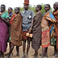 Elettori della tribù karamojong in attesa di votare in un villaggio vicino a Kaabong, in #Uganda