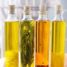 Homemade Infused Olive Oil Recipes are easy to make it just takes a little bit of time. The italian herb infused olive oil is great fo. Flavored Oils, Infused Oils, Homemade Gifts, Diy Gifts, Homemade Food, Diy Food, Shabby Chic Schmuck, Garlic Infused Olive Oil, Lemon Olive Oil