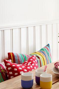 En av våre favoritter. Fargen har ørlite gult i seg og passer derfor godt med andre farger som lener seg mot det gule. #egghvit#lys#light#white#lister#karmer#standard#farge#soverom#bedroom#kjøkken#kitchen#gang#hall#maling#painting#kombinasjon#fargerik#puter#kopper#fargekart#Fargerike Ikea, Throw Pillows, Lights, Home, Toss Pillows, Ikea Co, Cushions, Ad Home, Decorative Pillows