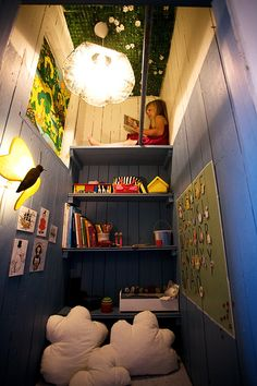 Play corner in a closet. Love grass on a ceiling!
