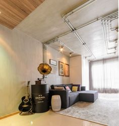 Apartamento Studio Alencar (Foto: Alexandre Zelinski / divulgação) Industrial Interior Design, Industrial House, Small Apartments, Small Spaces, Loft Design, House Design, Loft Style, Ceiling Design, Home Decor Accessories