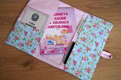 Kit com pasta para o registro de nascimento do bebê e capinha para