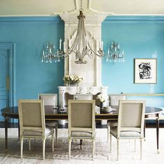 Suzanne Kasler chose blue lacquered walls to enliven this Connecticut dining room. | Photo by @SimonUptonPhotos