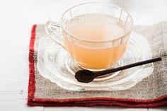 Olha essa cor! E pensar que a lista de ingredientes leva maçã, canela e água… O chá fica perfumado – aquece até o coração da gente.