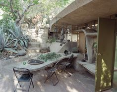 Architect Paolo Soleri lives in a wood-frame house in his Cosanti complex (which includes his home, office, and workshop) in Scottsdale, Arizona. Soleri was a student of Frank Lloyd Wright and the influence of the master's organic architecture is clear in the outside dining room and work space in the southern courtyard (shown here).