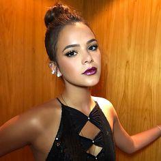 Bruna Marquezine rouba cena em premiação com sensual decote e batom roxo