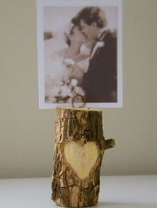 Not only are the Lovely Woodland Escort Card Holders the cutest things ever, but they're also versatile, making them the perfect rustic wedding ideas. Use these as adorable DIY anniversary gifts for him or cute Valentine's Day gifts for boyfriend. Diy Foto, Foto Fun, Picture Holders, Photo Holders, Card Holders, Diy Tree, Exposition Photo, Wood Crafts, Diy Crafts