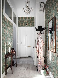 moody green floral wallpaper covering all the walls takes over the whole space and makes it cooler Scandinavian Apartment, Scandinavian Home, Home Interior, Interior And Exterior, Interior Design, Retro Home Decor, Diy Home Decor, Green Floral Wallpaper, Image Deco