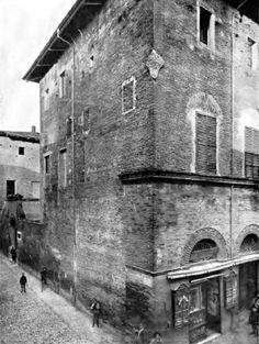 Palazzo Della Volpe, uno degli edifici più antichi di Imola. Angolo via Emilia e via Orsini. (Imola evoluzione della città)