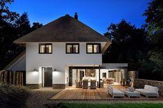 Bloem en Lemstra Architecten kreeg de opdracht om een ontwerp te maken voor een nieuwe woning in het Duingebied nabij Vlissingen. Het prachtige kavel dat in het bosrijke duingebied vlak achter de kust ligt grens aan drie zijden aan bomen, terwijl de voorkant van de woning op het zuiden ligt. …