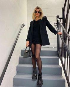 Este otoño uno de los complementos perfectos para tus outfits son las mallas negras. No dejes de usar vestidos o faldas. TOTAL LOOK Un look en negro jamás se verá mal. Si no tienes tiempo, opta por un total look en negro y triunfarás. Ahora que las combat boots están muy de moda, puedes lograr un outfit con mallas muy cool.