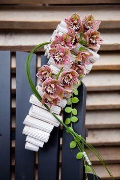 No designer name. Flower Arrangement Designs, Ikebana Flower Arrangement, Beautiful Flower Arrangements, Flower Designs, Beautiful Flowers, Tropical Floral Arrangements, Hanging Flowers, Arte Floral, Exotic Flowers
