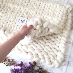 自分の腕を使ってする編み物「アームニッティング(腕編み/うであみ)」をご存知ですか?道具もいらず、太い毛糸でザクザクと編んでいくので初心者でも始めやすいと注目されている手芸です。簡単ですがマフラーやスヌード、ブランケットなど普段使える小物が作れます。出来上がりもボリューミーでざっくりとした編み目が柔らかな印象♪今回はそんなアームニッティングの編み方、適した毛糸、素敵なアイデアなどをご紹介します。気軽に始めて、オリジナルの冬アイテムを作ってみましょう♪ Merino Wool Blanket, Diy Fashion, Bed Covers