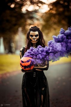 Are you looking for ideas for your Halloween make-up? Browse around this site for creepy Halloween makeup looks. Halloween Tags, Halloween Fotos, Creepy Halloween Makeup, Halloween 2019, Halloween Party, Photographie D' Halloween, Halloween Fotografie, Samhain, Smoke Bomb Photography