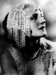 Norma Shearer ~ I believe this headpiece must have been the inspiration for Dian.Norma Shearer ~ I believe this headpiece must have been the inspiration for Diane Lane's character, Vera, in The Cotton Club. The scene where she and Richard Old Hollywood Glamour, Vintage Glamour, Vintage Hollywood, Vintage Beauty, Hollywood Stars, Retro Mode, Mode Vintage, Vintage Ladies, Retro Vintage