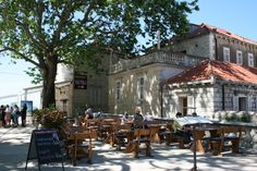 Kahvila Vanhankaupungin portilla. Cafe next to the gate to the old town. #dubrovnik
