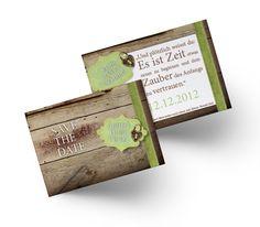 Perfekte Save the Date Karte für die Trachtenhochzeit. Der rustikale Holzhintergrund ist der Hingucker dieser Hochzeitskarten. Save The Date Karten, Decor, Wood Background, Card Wedding, Rustic, Invitations, Decorating, Dekoration, Deco