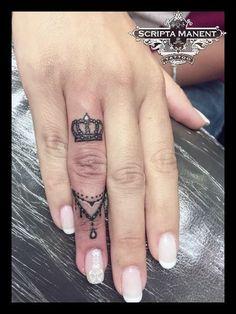 Krone & Schmuck Ring Tattoo # Krone # Schmuck # Tattoo - My list of best tattoo models Mini Tattoos, New Tattoos, Body Art Tattoos, Sleeve Tattoos, Tatoos, Crown Finger Tattoo, Finger Tats, Queen Crown Tattoo, Crown Tattoo On Hand