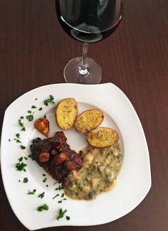 Pečený daniel vo vínovo brusnicovej marináde hubovou omáčkou Risotto, Food And Drink, Ethnic Recipes