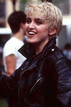 En 1985 Madonna se casó con el actor Sean Penn. En la imagen, durante la grabación del vídeo Papa don´t preach (del disco True Blue), con el pelo rubio platino y corto a los garçon.