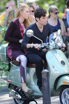 Celebs on Vespa: Blake Lively and Penn Badgley form The Gossip Girl. Let the good times roll. Vespa Girl, Scooter Girl, Motor Scooters, Vespa Scooters, Vespa Helmet, Italian Scooter, Penn Badgley, Pocket Bike, Good Times Roll