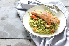 Koolhydraatarm recept: courgette pasta met pesto en zalm