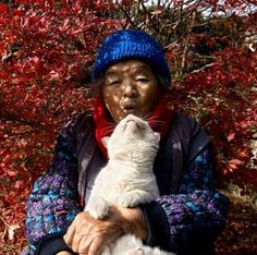 Miyoko Ihara has been taking photographs of her grandmother, Misao and her beloved cat Fukumaru since their relationship began in Their closeness has been captured through a series of lovely photographs. Crazy Cat Lady, Crazy Cats, Son Chat, Cat People, Here Kitty Kitty, White Cats, Beautiful Cats, Cool Cats, Cats And Kittens