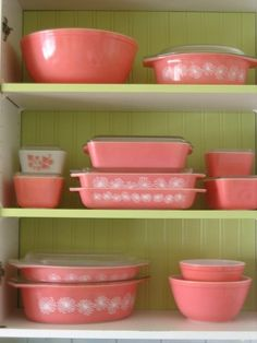 Vintage Pink Pyrex for a retro inspired kitchen:: Vintage Kitchen:: Pink Cookware: Girly Home Pyrex Vintage, Vintage Dishes, Vintage Glassware, Vintage Dinnerware, Vintage Hutch, Vintage Kitchenware, Vintage Tupperware, Vintage Love, Vintage Pink