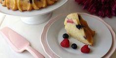 Ao cozer o bolo separa-se em duas camadas, a de baixo um bolo fofo e a camada de cima com uma textura de pudim e um intenso sabor a limão!