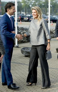I want this top. And pants. Why can't we ever find basics like these? Classy Work Outfits, Classic Outfits, Royal Dresses, Modest Dresses, Casual Street Style, Street Style Women, Meghan Markle Dress, Classy Suits, Royal Clothing