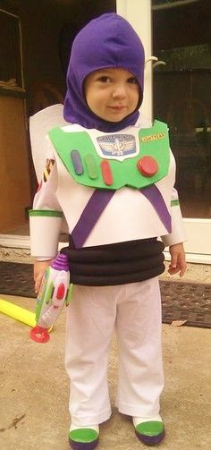 Here's some awesome homemade Buzz Lightyear costume inspiration. Do-it-Yourself and take off this Halloween with the coolest Toy Story costume ever! You'll also find loads of homemade costume ideas and DIY Halloween costume inspiration. Wall E Costume, Buzz Costume, Pixar Costume, Cute Costumes, Disney Costumes, Costume Ideas, Disney Halloween, Holidays Halloween, Halloween Diy