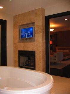 interiores belíssima banheiro com uma lareira.  por Karib