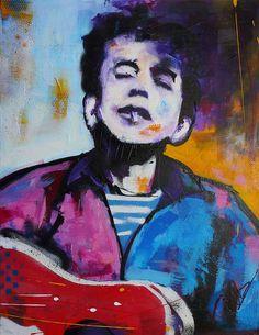 Modern schilderij van een jongeBob Dylan, die op zijn gitaar speelt met een peuk in zijn mond.Met losse hand is het jasje in de kleuren blauw en rose opgemaakt, waarbij de rode gitaar afsteekt. Het gedetaillerde gezicht contrasteert en smelt tegelijkertijd samen met de drukke achtergrond, wat een surrealistisch en interessant beeld creëert.