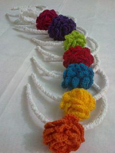 Vinchas al crochet. http://cositasmias-miranda.blogspot.com.ar/2013/02/vinchas-con-flores-al-crochet.html