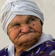 personaje: el esposo de Indalencio. Ella es un mujer de apariencia vieja, con pelo gris aparecía bajo el pañuelo grande. ella tieñe un rostro cansado.