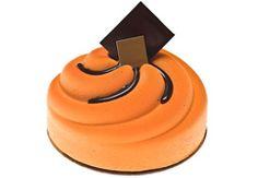 Le Choc'Orange - Une mousse de chocolat accompagnée d'un crémeux à l'orange et d'une marmelade d'orange sur un biscuit cuillère au chocolat.