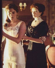 Corsets in Film. Titanic with Kate Winslet being laced up by her mother in a corset. Historically the tighter the corset, the more a 'lady' you were. Titanic Kate Winslet, Belle Epoque, Film Titanic, Titanic Photos, Titanic Costume, Movies And Series, James Cameron, Edwardian Fashion, The African Queen