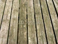 Unbehandelte Tischplatte aus rustikalem Holz auf einem Bauernhof in Bad Vilbel in der Wetterau in Hessen