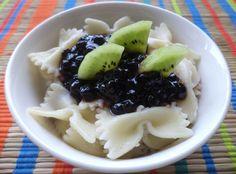Paste Cu Dulceata De Afine / Pasta With Blueberry Jam https://vegansavor.wordpress.com/2015/07/07/pasta-with-coconut-cinnamon-blueberry-jam-and-kiwi/ #Topoloveni #blueberry #jam #kiwi #pasta #coconut #cinnamon #vegan #sweets
