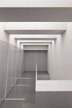 Casa Ricardo Pinto : Corredores, halls e escadas modernos por CORREIA/RAGAZZI ARQUITECTOS