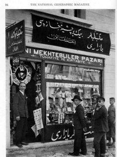 Eski alfabeyi yenisiyle değiştiren bir dükkan. (İstanbul. National Geographic Ocak 1929 sayısından)