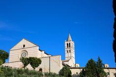 La sacralità di un luogo dipende da quanto quel luogo lega insieme Cielo e Terra. Santa Chiara, ad Assisi, è uno dei luoghi più sacri d'Italia, e del mondo. Qui convergono tante linee di luce della storia dell'umanità, qualcuna nota, ma le più nemmeno immaginate. La Luce dell'Eterno Femminino d…