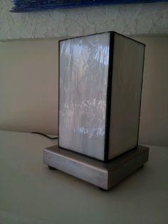 Lampara vidrio Tifannys con pie de madera.