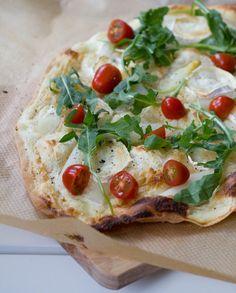 moey's kitchen: Flammkuchen mit weißem Spargel, Ziegenkäse, Tomaten und Rucola